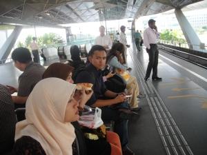 TS, makan di stasiu MRT Expo :D