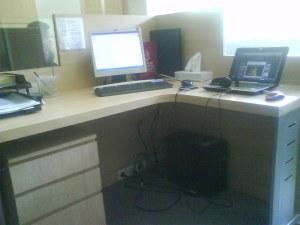 meja kerja yang kacau